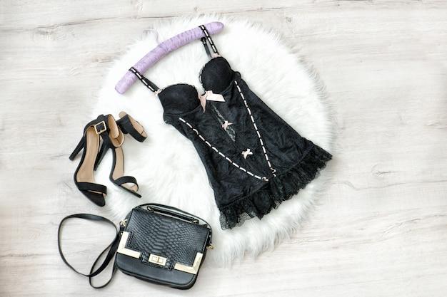 Модная концепция. черное кружевное белье, сумочка и туфли на белом меху.
