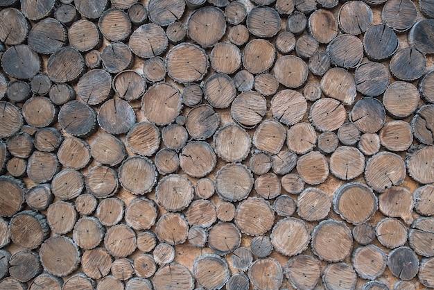 木の背景。多くの木の丸太。木材、冬用薪