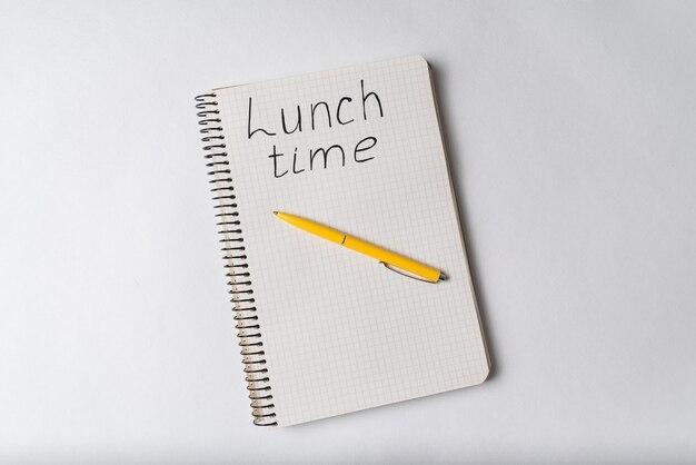 Вид сверху ноутбука с надписью время обеда.