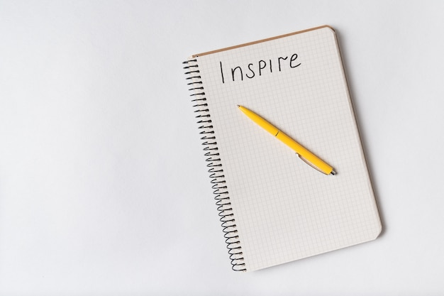 Вдохновить почерк уведомления. вид сверху блокнот и ручка на белом