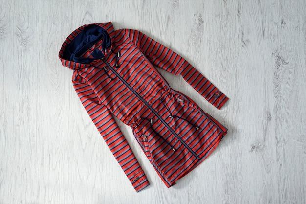 木製の赤と青のストライプのレインコート。