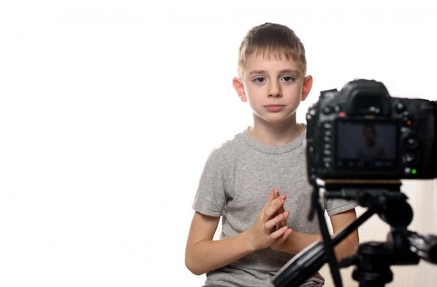 Мальчик перед видеокамерой