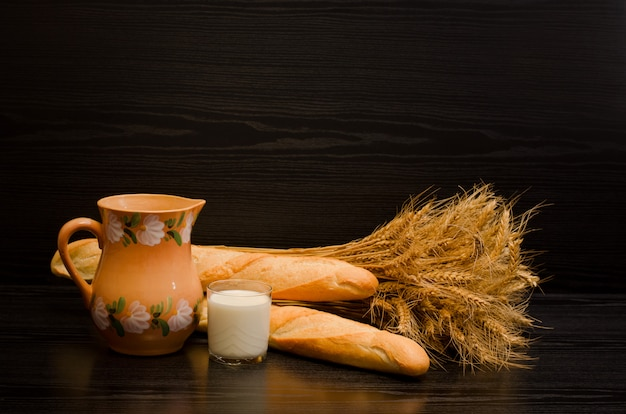 Стакан молока, кувшин и сноп хлеба