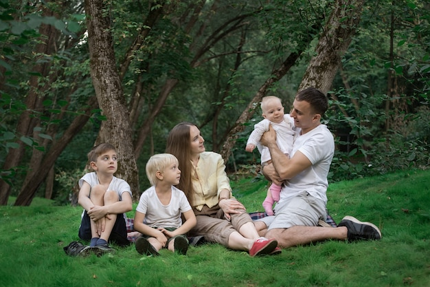 Пикник всей семьей. дружелюбная любящая семья. родители и трое детей.