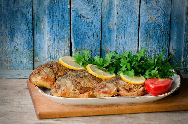 魚のフライ、レモンとパセリ