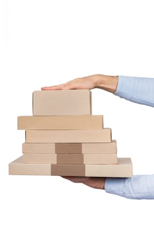 Серия коробок в мужских руках, изолированные на белом фоне. служба доставки. вертикальная рама
