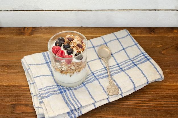 Йогурт с мюсли и фруктами. здоровый завтрак. йогурт с мюсли и фруктами.