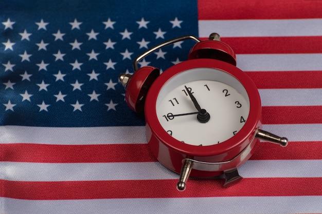 Флаг сша с старинные часы крупным планом. национальный флаг соединенных штатов америки.