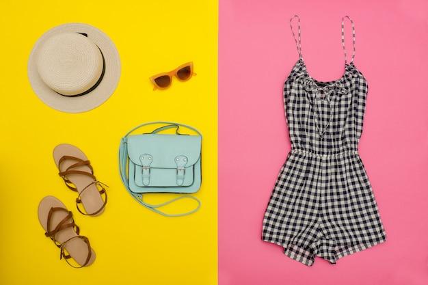 市松模様のオーバーオール、ハンドバッグ、靴、帽子。