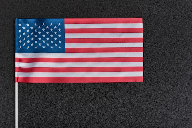 Флаг сша на черном пространстве. национальный флаг соединенных штатов америки