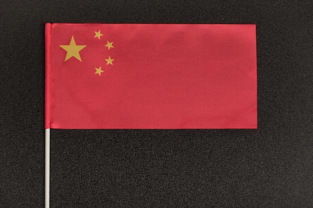 黒のスペースに中国のテーブルフラグ。中華人民共和国の国章