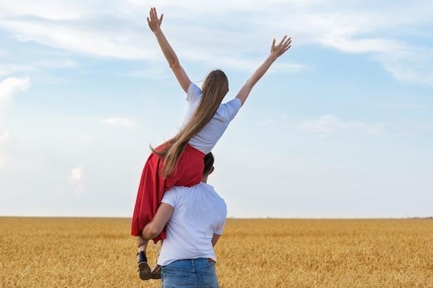 麦畑の若いカップル
