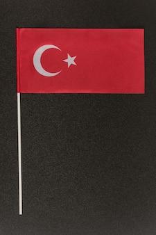 黒の背景にテーブルトルコの旗。