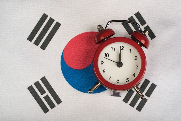 韓国の旗とビンテージの目覚まし時計をクローズアップ