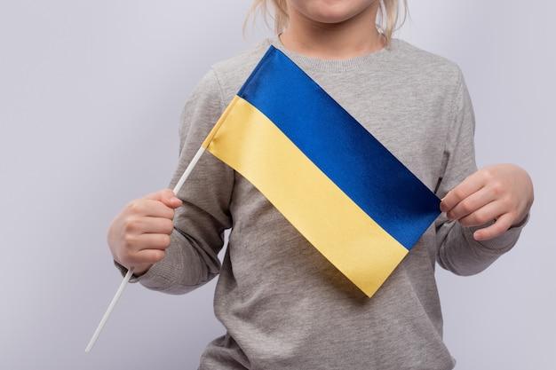ウクライナの旗を持つ子供