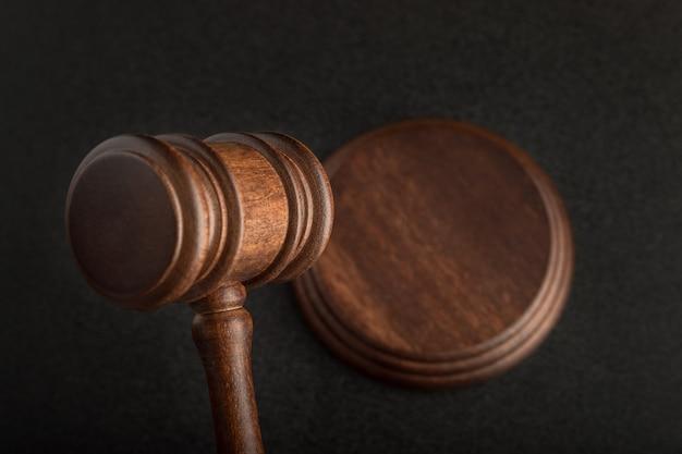 黒に分離された木製裁判官小槌