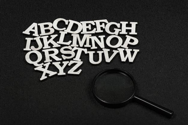 アルファベット順の文字と虫眼鏡
