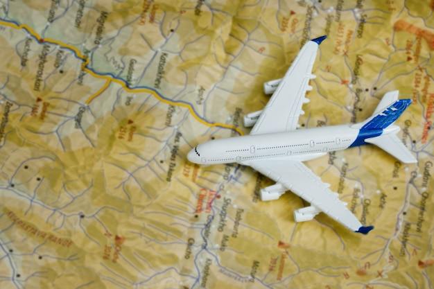地図上の飛行機。旅行のコンセプト。閉じる