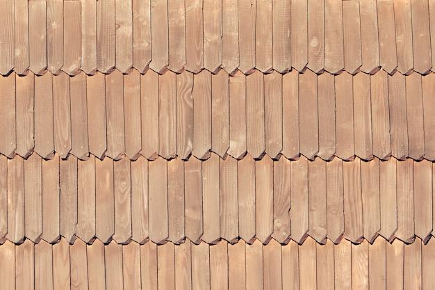 古い屋根は木製のタイルでできています。テクスチャ。閉じる