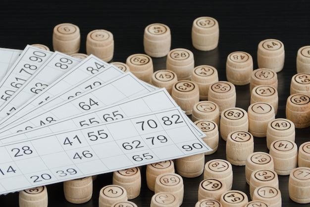 木製の樽の宝くじとカード。黒い木製のテーブル。