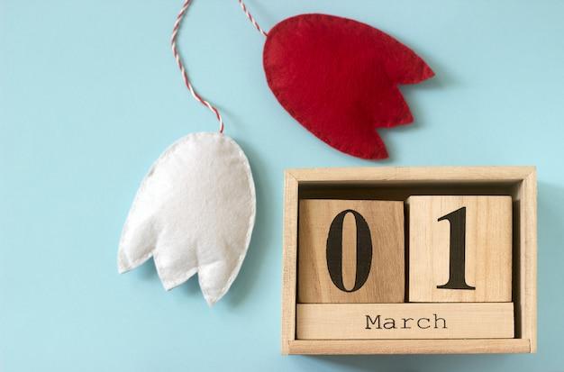 Символ весны мартеница или мартизор, состоящий из красных и белых фигур, традиционных для румынии, молдовы, болгарии.