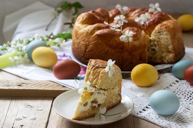 豆腐の詰め物と十字架の形の装飾が施された伝統的なモルダビアとルーマニアのイースターケーキ。