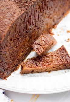 珍しい伝統的なモルドバの茶色のケーキ
