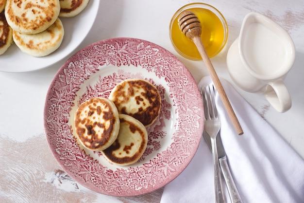 Сырники, домашние сырники с медом и сметаной.