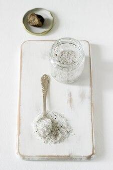 Морская соль с трюфелем и трюфелем на светлом фоне