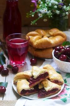 伝統的な自家製ルーマニアとモルドバのパイ-プラシンタ。ワインとともにお召し上がりいただけます。素朴なスタイル。