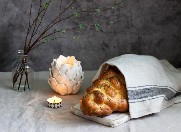 Традиционный праздничный еврейский хлеб халы из дрожжевого теста с яйцами.