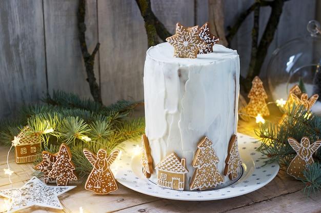 Домашний медовый торт со сметаной, украшенный пряниками