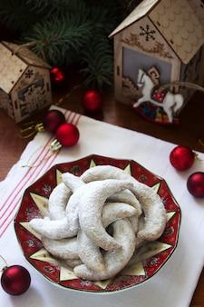 クリスマスの飾りとチェコバニラ三日月クッキー