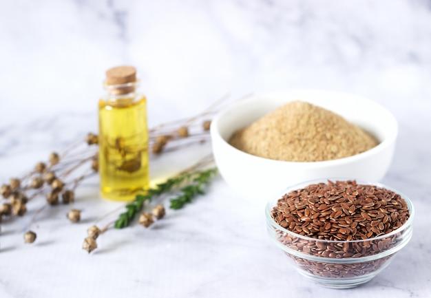 Семена льна, льняная мука, масло с ростками и ящики с семенами льна