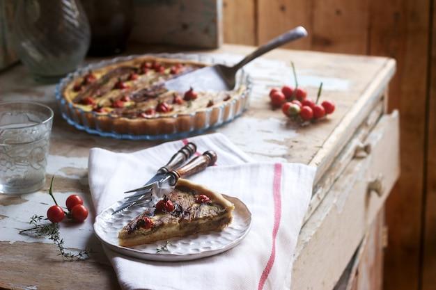 野菜、カッテージチーズ、クリームを詰めたパイ。素朴なスタイル。