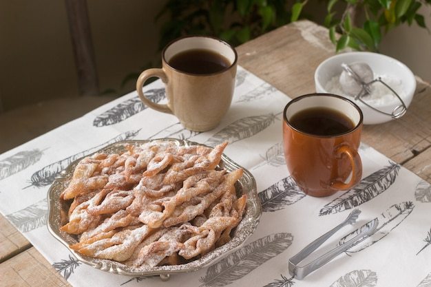 エンジェルウィングビスケット、カーニバルの伝統的なヨーロッパの甘い料理。素朴なスタイル。