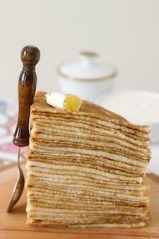 サワークリームと蜂蜜を添えた朝食パンケーキ。