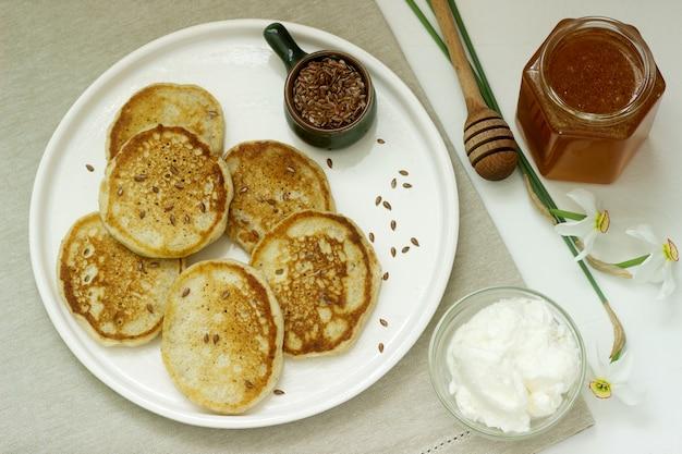 リネンのパンケーキに蜂蜜とクリームチーズを添えて。素朴なスタイル。