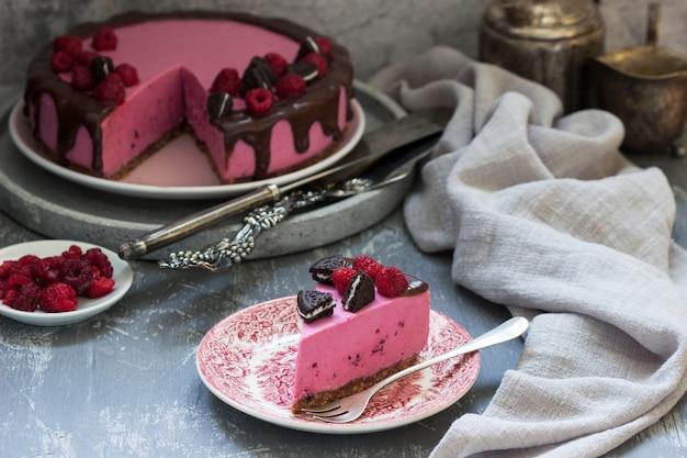 オレオクッキーとラズベリーで飾られたスグリのムースケーキ。