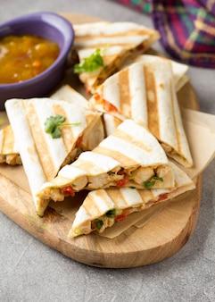 メキシコのケサディーヤ、チキン、トマト、チーズ、グリルソース添え。