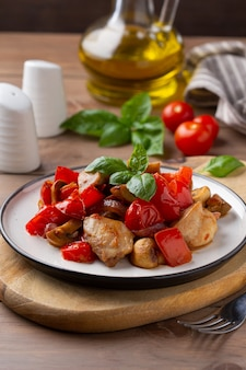 フライドチキンと野菜(トマト、コショウ、タマネギ)、マッシュルーム、バジル