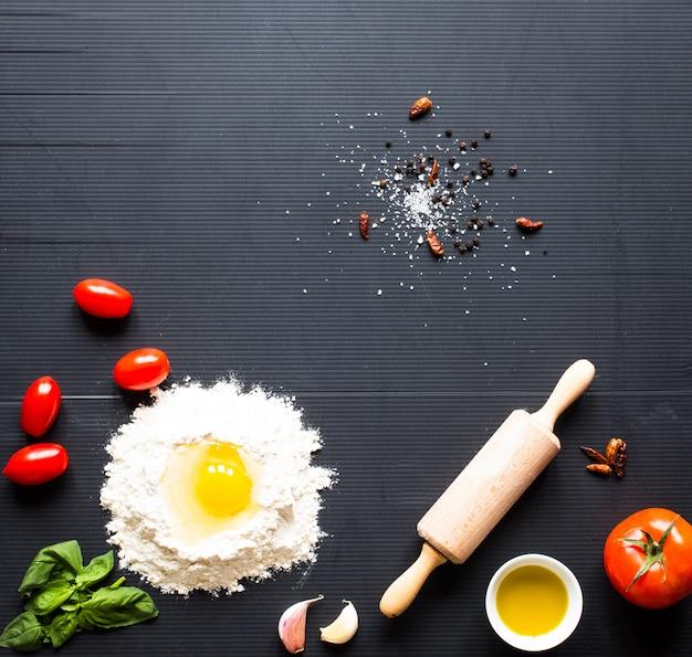 。野菜とハーブ入りの数種類の乾燥パスタ。上面図