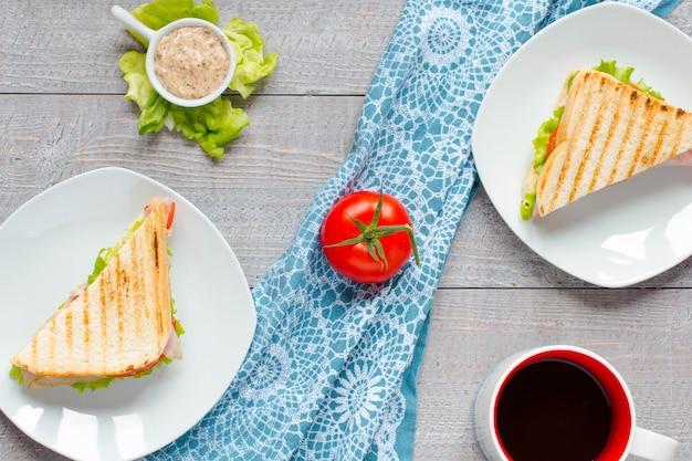 Вид сверху здоровый сэндвич тост, на деревянной поверхности
