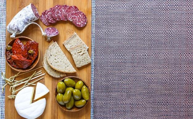 チェリートマトとパンのトーストスライスで作られたイタリアのブルスケッタ