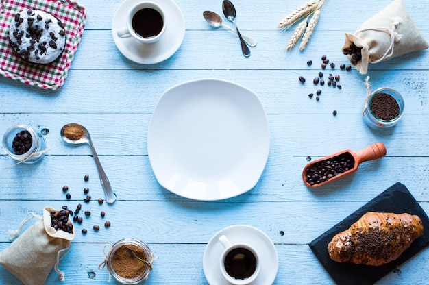 Кофе в зернах и чашка кофе, вид сверху завтрак