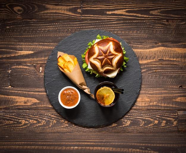 Вид сверху вкусный гамбургер, с овощами