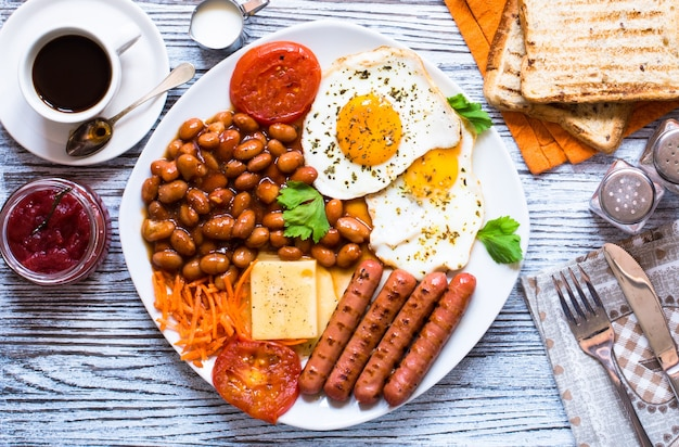 Традиционный английский завтрак на деревянном столе