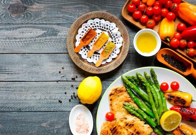 鶏胸肉のグリルと新鮮な野菜