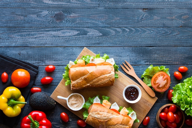 七面鳥、ハム、チーズ、トマトのおいしい、おいしいサンドイッチ