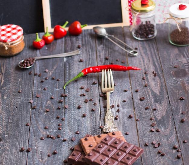 レッドホットチリペッパーを使用したダークチョコレートとミルクチョコレート